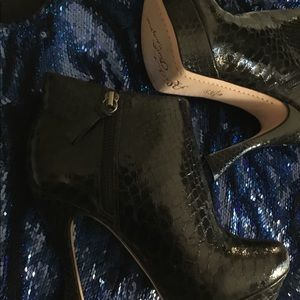 NWOT Alice + Olivia Leather Scale Booties